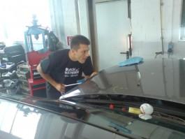 Beulendoktor beseitigt Hagelschaden in der Motorhaube.
